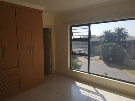 2 Bedroom Apartment For Sale in Little Falls, Roodepoort